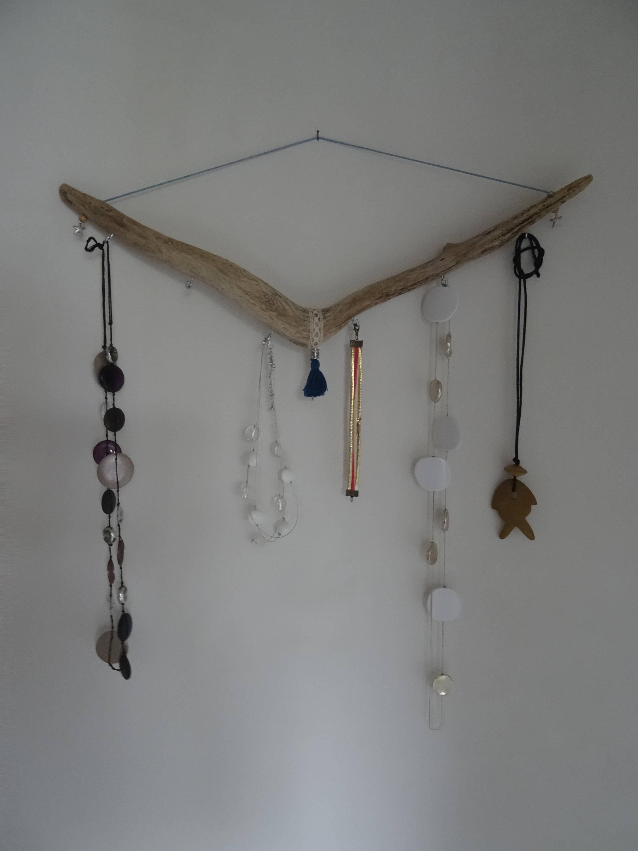 pr sentoir bijoux porte bijoux en bois flott avec pompon. Black Bedroom Furniture Sets. Home Design Ideas