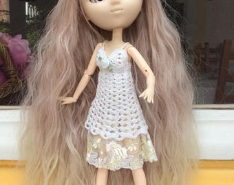 White crocheted cotton dress, lined with pale yellow lace, for dolls Pullip