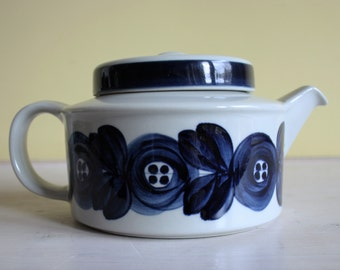 Arabia Finland, Ulla Procopé, Anemone Blue, large tea pot with filter, large blue flower, robust earthenware, Finnish crockery, hand-painted