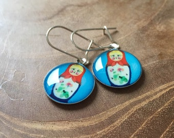 Dangeling Matryoshka earrings: light blue, blue, white and red.