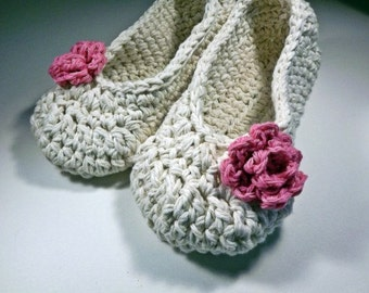 Crochet slippers in ivory with pink rose, cotton 5-6