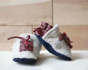 eco-friendly soft sole leather baby mocassins,slippers ,mocs,loafer,reclaimed leather and wool.Beige and red, lace up, fringe