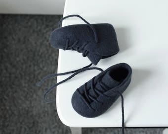 Unisex graphite black baby booties - Halloween baby booties - Toner black felted crib shoes - Merino wool baby gift - Pure wool crib shoes
