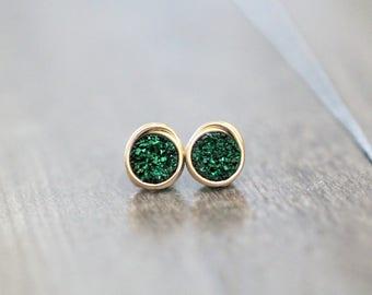 Druzy Ohrstecker, kleine Post smaragdgrüne Ohrringe in Gold, Silber, Rotgold, zierliche Alltagsmode - Mikrofone (Emerald City)
