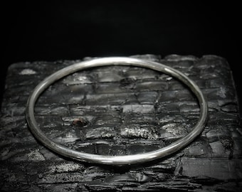 CIRCLE II Solid sterling silver hand-forged minimalist bracelet