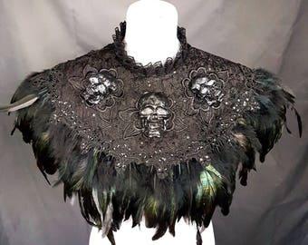 made to measure, black burlesque skull feather cape , Cape mit schwarzen und Totenschädel aus Resin mit Federn, Maßanfertigung