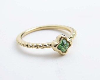 August Birthday ~ Peridot Flower Ring ~ Little Flower Ring ~ Peridot ~ Pinky Ring ~ US Size 5 and 6.25 ~ Simple Modern Jewelry