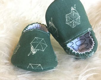 Baby Moccs: Umbrellas Slate Green / Baby Shoes / Baby Moccasins / Childrens Indoor Shoes / Vegan Moccs / Soft Soled Shoes / Montessori Shoes