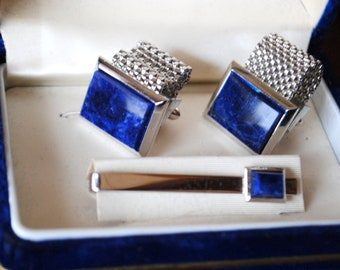 Mod vintage 60s,silver tone metal, cuff linksand tie clip  with a navy blue gemsone details. Made by Gand Prix.Original box.