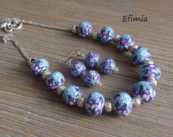 Set in blue and purple tones, short necklace of pearls, matching earrings