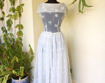 50s vintage white embroidered organza wedding dress floral sleeveless bow detail full circle skirt boat neck small s