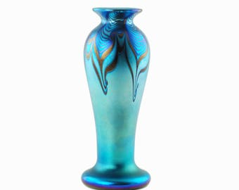 """Vintage Orient and Flume Iridescent Blue Pulled Feather Art Glass 8.5"""" Vase"""