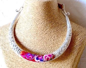 Collier torque miao brodé, Collier tribal ethnique, Torque tribal, Ethnic necklace