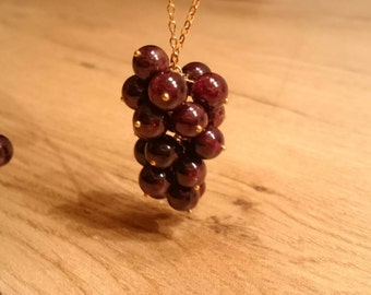 """Necklace """"Weihntrauben"""". Chain with a pendant of Garnet and real gold-plated silver."""
