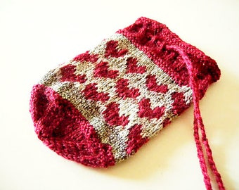 Gift bag with hearts knitting pattern - sweetheart gift idea - stranded colorwork in sock yarn scraps - coin purse, gift pouch or dice bag