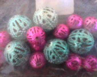 a varied lot of 15 beads filigree 5 blue 15 mm and 10 fuchsia 10 mm