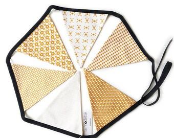 Guirlande 6 fanions en tissu - motifs exclusifs La Modette - camel or et noir