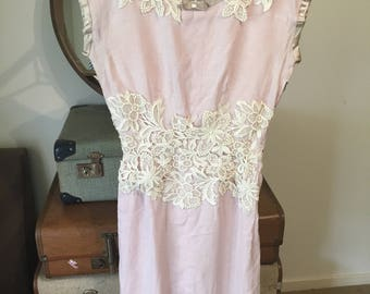 Stunning dusty pink women's vintage 1950s linen wiggle dress with intricate lace detailing. Approx size 6-8.