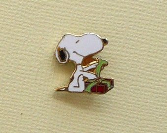 Vintage Snoopy Sitting Wrapping a Gift Pin 2099