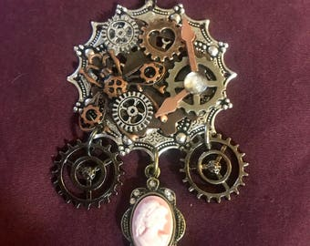 Mechanical clockwork cameo