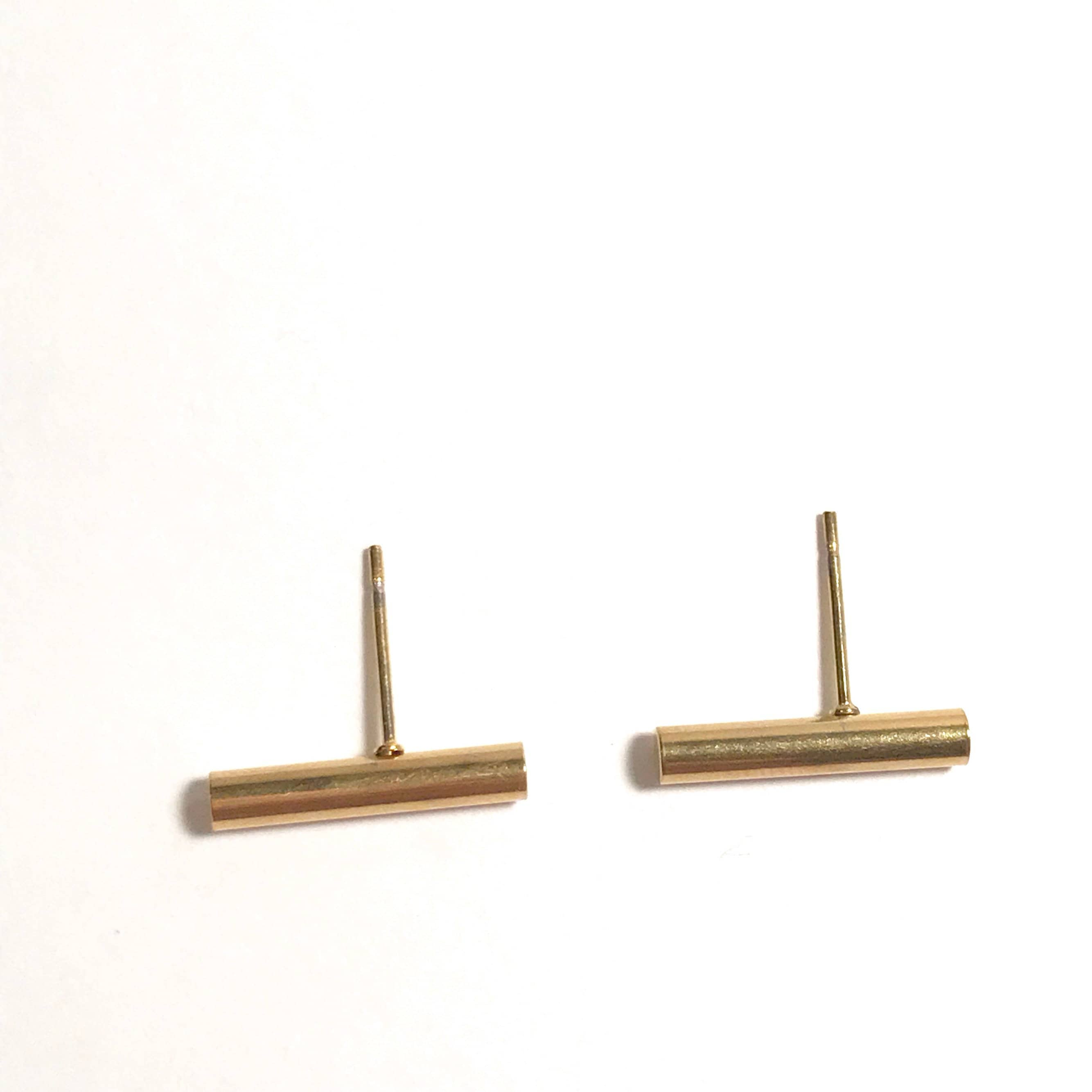 in simple edgy vrai products line ecomm solid oro earrings studs yellow and modelled gold stud