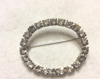 Vintage 1950's glass rhinestones oval brooch pin.