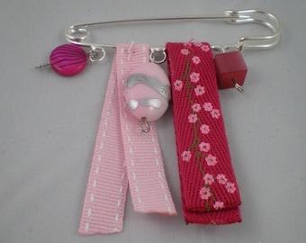 Broche004 - Broche rose et fuchsia en perles et rubans