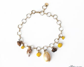 Seashell gold chain bracelet, Gold geometric chain, Hexagonal chain, Seashell charm bracelet, Vintage glass beads bracelet, Elegant jewelry