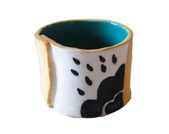 Pot en céramique fait à la main avec des nuages