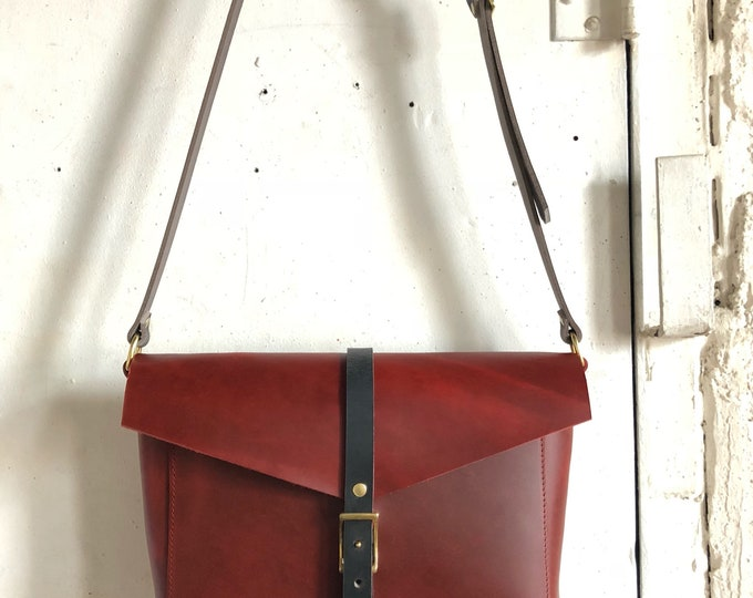 Reader crossbody bag in deep red