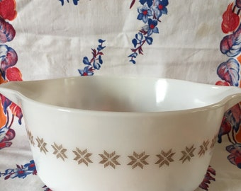 Pyrex town & country white 475 2 1/2 qt.