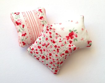 Floral mini pillows 1:12 scale, Dollhouse miniature cushions, set of three throw pillow, pink and red dollhouse decor, ma12