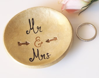 Mr and Mrs ring dish -Handmade and hand painted Mr and Mrs ring holder -Gold ring holder -Wedding shower gift idea -Clay wedding accessory