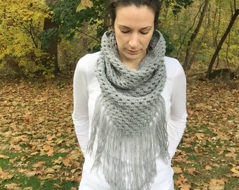Gray crochet cowl, gray cowboy cowl, triangle cowl with fringe, light gray cowl, scarf with fringe, gray wool cowl, gray wool scarf