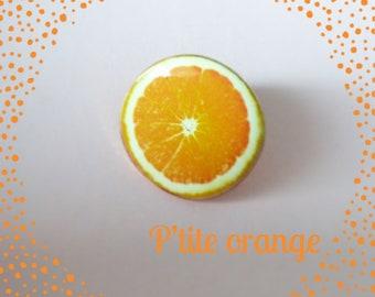 Brooch ' P' orange Titus.