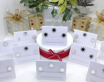 Christmas place settings. Winter wedding place settings. White with embossed snowflakes & silver snowflake detailing. Pack of 30. UK seller.