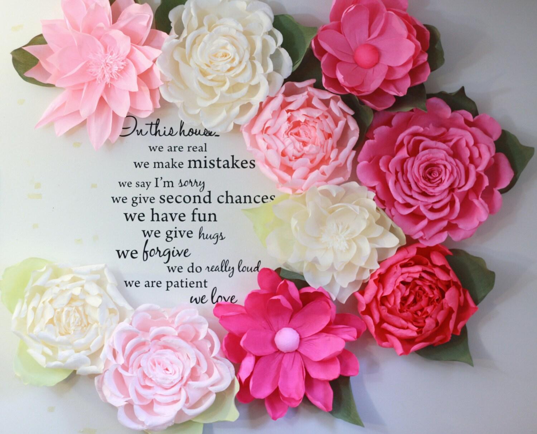 Exhibición de flores de papel gigantes. Pared con papel rosas