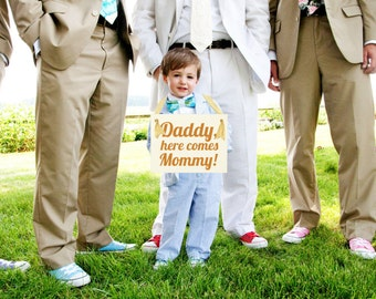 """Wedding Sign """"Daddy, Here Comes Mommy""""   Handcrafted Banner for Son or Daughter of Bride & Groom Flower Girl Ring Bearer USA Cursive 1030 BW"""