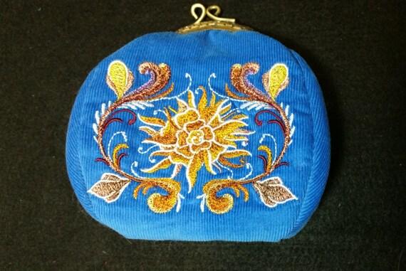 L131   Coin purse with chrysanthemum design