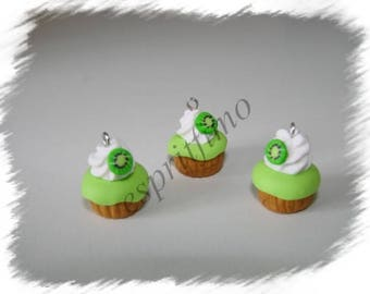 """Kiwi cupcake"" charm in polymer clay"