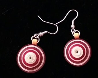 Round paper earrings. Technical qulling