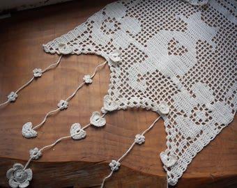 Curtain breeze Kiss crocheted ecru cat in flowers