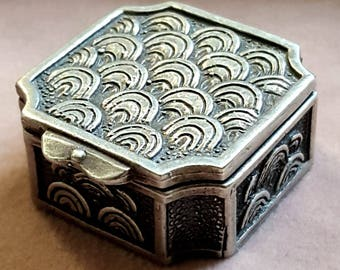 Vintage Italian 925 Solid Silver Small Pill Box with Ornate Fan Design. Hallmarked.