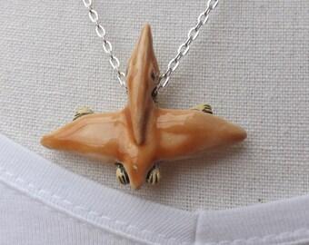 Pteranodon Anhänger an einer versilberten Kette. Keramik-Dinosaurier, Flugsaurier Kette, prähistorische Tier Anhänger
