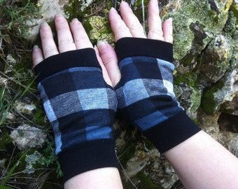 Short fingerless   gloves in gray  square