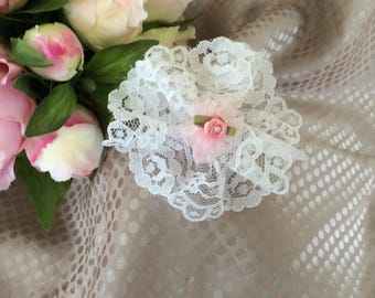 Flower 9 cm in white lace and light pink tulle