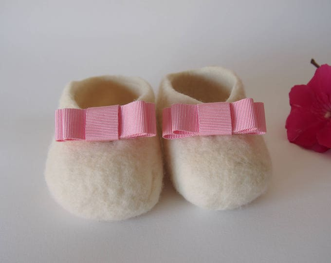 Shoes for baby, pink ribbon booties, baby shoes, merino wool booties. Girl's Afeltrados shoes. Handmade shoes.