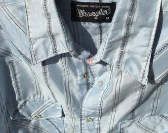 Vintage 1980s Wrangler snap shirt this one is snazzy with a subtle sheen to it . Size M