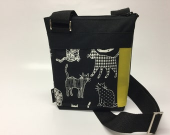 Black handbag with multi littles cats blacks and whites. Elegant, urban, crossbody, shoulder strap adjustable, weatherproff.