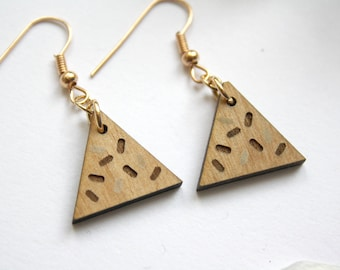 Triangle earrings in wood, geometric jewel, wooden engraved jewelry, unique gift for her, natural wood and brass, Memphis design inspiration
